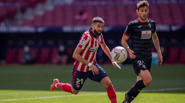 El atlético Carrasco corre para hacerse con la posesión del balón. Detrás presiona el navarro Unai Dufur, en su debut con el Eibar.