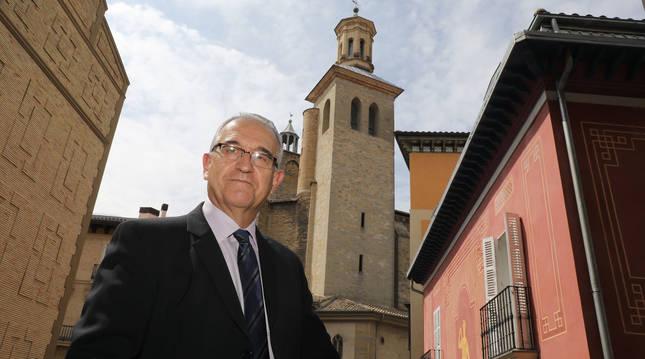 Foto de Enrique Maya (NA+), en uno de los balcones de la Casa Consistorial con las torres de San Cernin al fondo.