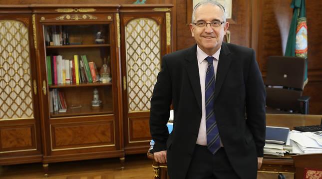 El alcalde de Pamplona, en su despacho del consistorio.