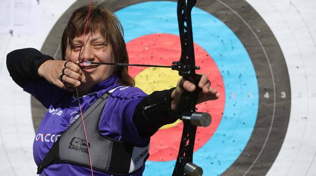 Foto de Judit Alberich, de 54 años, en el club de tiro con arco de Egüés.