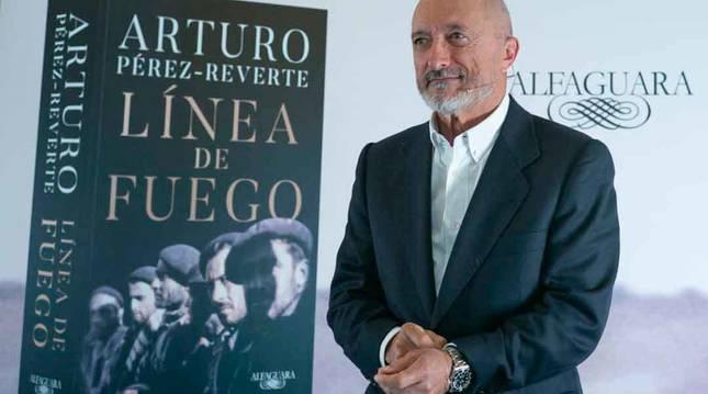 Imagen del escritor Arturo Pérez Reverte en la presentación de su novela 'Línea de Fuego'.
