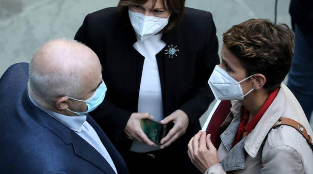 María Chivite habla con el vicepresidente José Mari Aierdi y Uxue Barkos, de Geroa Bai