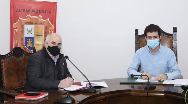 El vicepresidente José Marí Aierdi y el alcalde de Alsasua, Javier Ollo, en el momento de la firma.