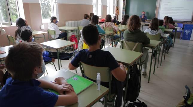 Un grupo de alumnos sigue el contenido de la clase con la mascarilla puesta en un colegio de Vitoria.