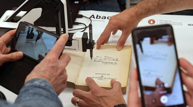 Firma de un libro con un brazo robótico en el Espai Abacus