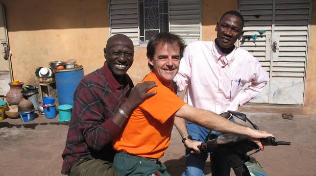El escritor Jon Arretxe, durante un viaje a África junto a Mahamoud Touré, quien inspiró el personaje de la saga.