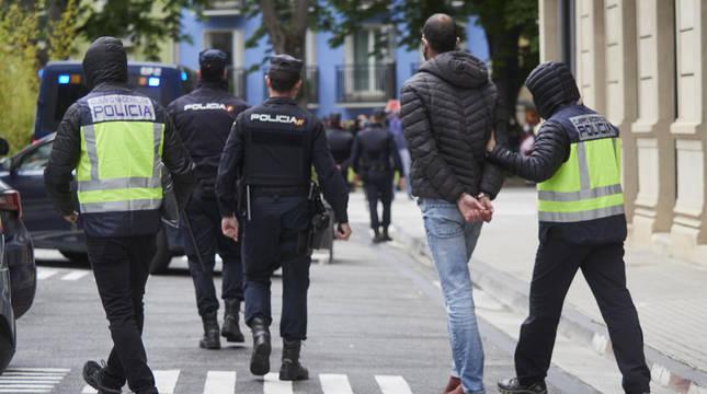 Agentes de la Policía Nacional sacan esposado de la Jefatura Superior de la Policía de Pamplona rumbo a la Audiencia a un miembro del sindicato LAB.