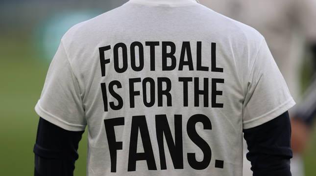 Los jugadores del Leeds salieron con camisetas en contra de la Superliga en su partido contra el Liverpool.