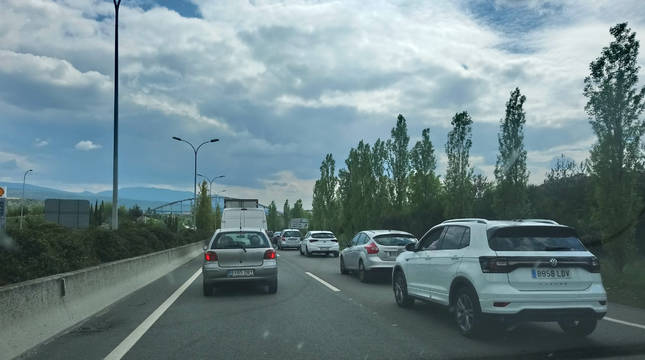 Retenciones en la Ronda Este (P-30) entre Sarriguren y Mutilva por un choque entre dos vehículos