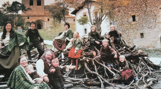 """Los Kelly, posando en Belascoáin. Esta fotografía ilustra la portada de su disco What a wonderful world! (1981). A la derecha, con un pie en el suelo, Barby Kelly. John aparece sentado en lo alto del montículo de leña (centro): """"Con esta imagen, mi padre quiso evocar ese mundo precioso""""."""