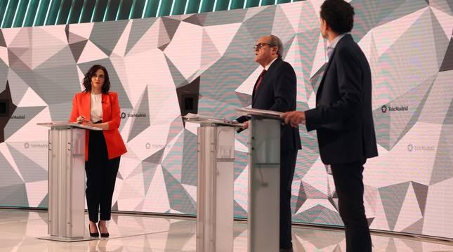 Los candidatos a la presidencia de la Comunidad de Madrid, Isabel Díaz Ayuso, Ángel Gabilondo y Edmundo Bal, durante el inicio del debate que se celebra este miércoles en los estudios de Telemadrid.