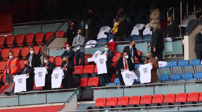Directivos de Osasuna y Valencia sujetan una camiseta en contra de la Superliga de fútbol en el palco de El Sadar antes del inicio del encuentro.
