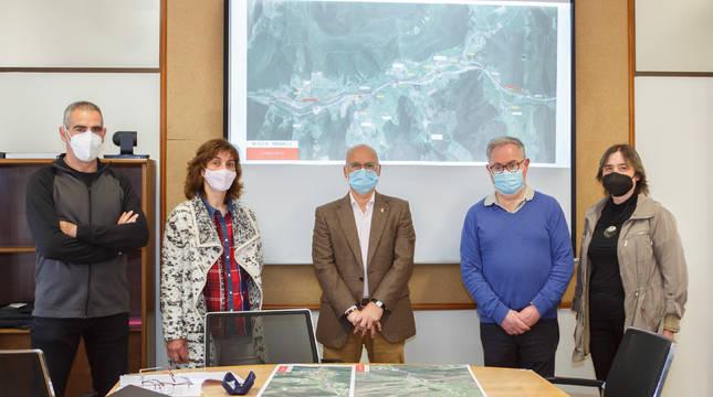 De izquierda a derecha: el concejal de Anue, Roberto Elbusto; la alcaldesa de Oláibar, Mª Carmen Lizoáin; el consejero Ciriza; el alcalde de Odieta, Alberto Urdaniz; y la alcaldesa de Lantz, Isabel Baleztena