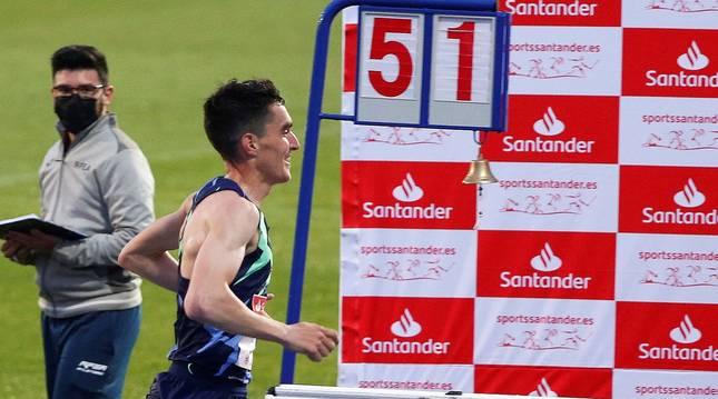 Daniel Mateo bate el récord de España de la hora en pista, que poseía Mariano Haro desde 1975