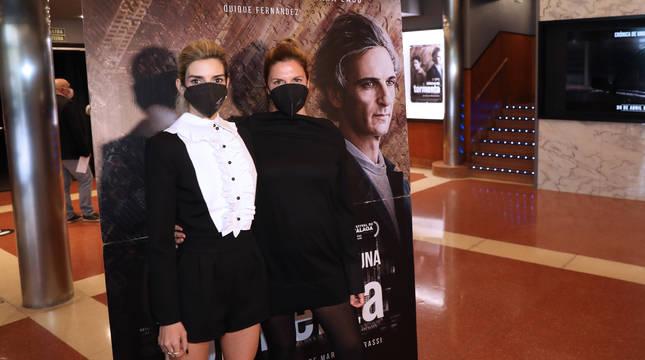 Clara Lago (izquierda) junto a Mariana Barassi en la entrada de los cines Golem Baiona de Pamplona.