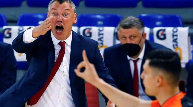 El entrenador del Barcelona, Sarunas Jasikevicius, protesta una decisión arbitral.