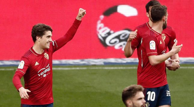 Javi Martínez celebra su estreno como goleador tras anotar al Valencia en El Sadar.