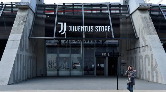 Una aficionada se ftografí ante la tienda del Allianz Stadium de Turín-
