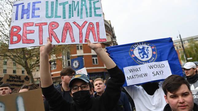 Protestas de los aficionados del Chelsea contra la Superliga.