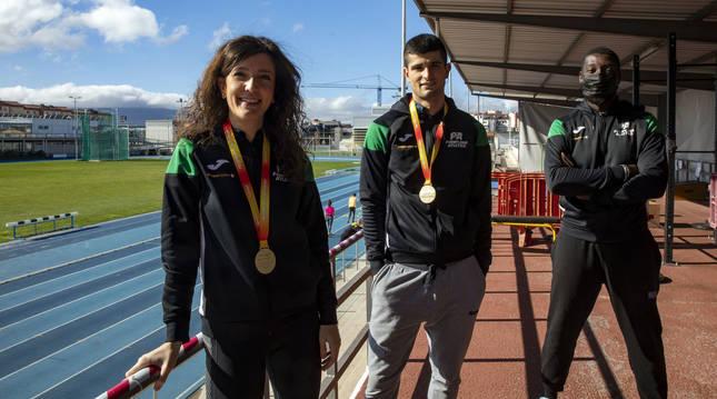 Izaskun Turrillas y Asier Martínez, con las medallas de oro que ganaron en el Campeonato de España de pista cubierta.