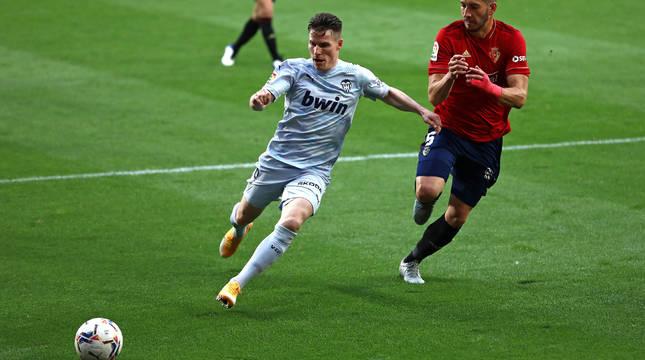 David García acude a la posición de Gameiro en el Osasuna-Valencia del miércoles.