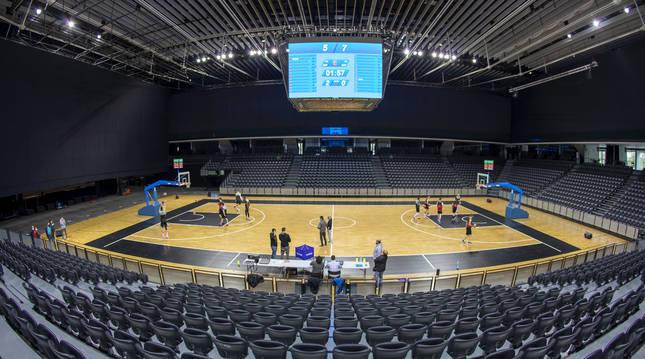 Los jugadores de ENERparking Basket Navarra en su primera toma de contacto con el Navarra Arena.