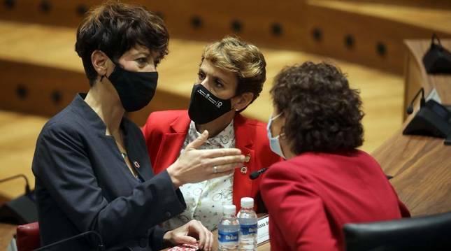 María Chivite, junto a la consejera de Hacienda, Elma Sáiz, en el pleno del Parlamento.