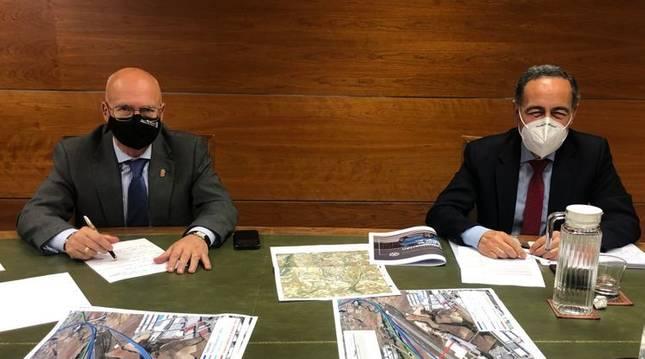 El consejero Bernardo Ciriza y Casimiro Iglesias, director general de Planificación y Evaluación de la Red Ferroviaria del Ministerio de Transportes, Movilidad y Agenda Urbana.