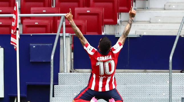 Ángel Correa celebra el primer tanto anotado en el encuentro contra el Huesca.
