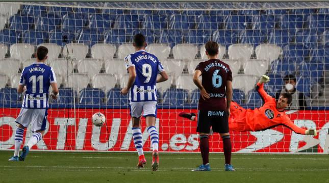 Januzaj puso el 2-1 de penalti, el segundo señalado a favor de la Real tras fallar el primero Isak.