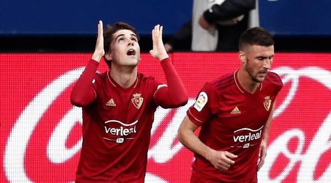 Los jugadores de Osasuna Javi Martínez (i) y Oier Sanjurjo, tras el primer gol del equipo navarro frente al Valencia.