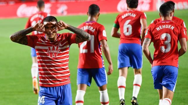 Robert Kenedy celebra uno de los goles del Granada.