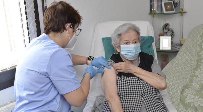Un enfermera mide las constantes a una señora en su domicilio tras vacunarle con una dosis de Janssen