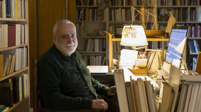 Miguel Sánchez-Ostiz en su casa de Arizkun hace dos meses.