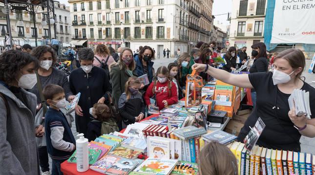 Niños y adultos en uno de los stands instalados en la plaza de los Fueros.