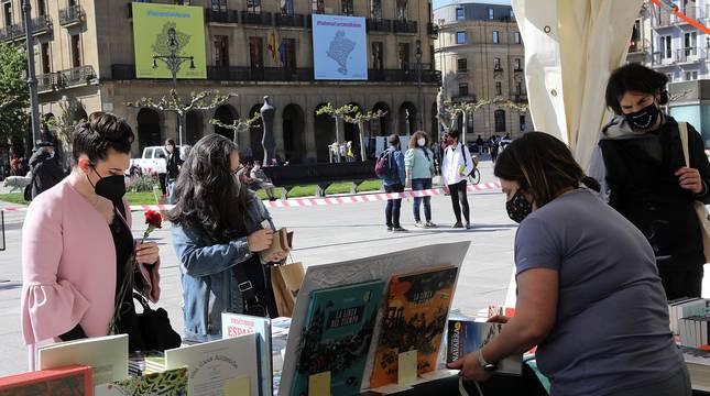 Las librerías salen a la calle en el Día del Libro con descuentos y flores