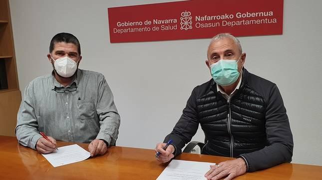 Antón Zubasti, presidente de ADONA, y Carlos Artundo, director general de Salud, firman un convenio para promocionar la donación de sangre.