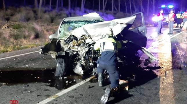 Un bombero, en el lugar del accidente.