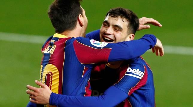 Messi y Pedri celebran uno de los cinco goles del Barcelona.