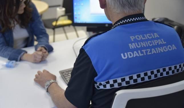 Un agente de la Policía Munical de Pamplona atiende a una ciudadana.