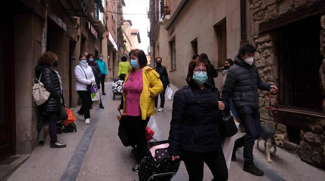 Vecinas de Viana hacen las compras el sábado de la pasada semana por la mañana.