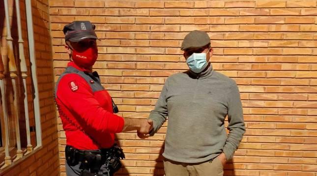 El ganadero Ricardo Fraguas Adrián, junto a un agente de Policía Foral.