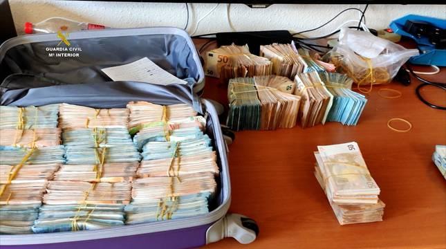 Parte del dinero incautado en la operación.