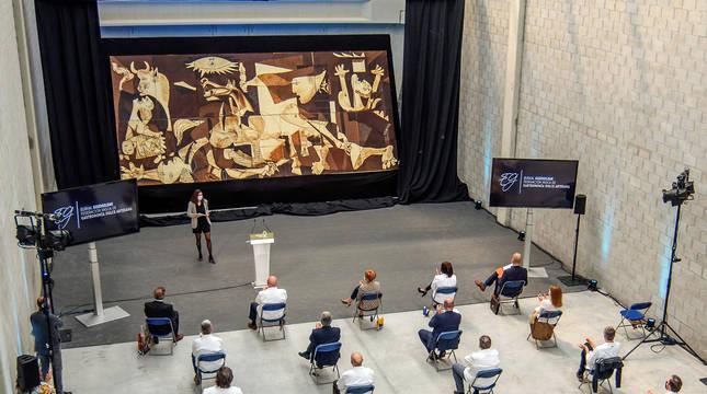 El 'Guernica', recreado en chocolate en el 84 aniversario del bombardeo | Noticias de Gastronomía en Diario de Navarra