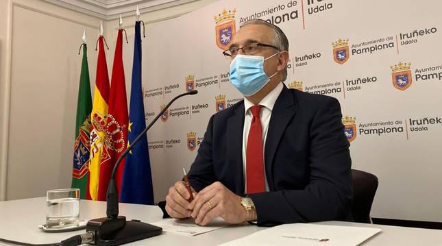 El alcalde de Pamplona, Enrique Maya, durante su comparecencia para anunciar la suspensión de los Sanfermines 2021.