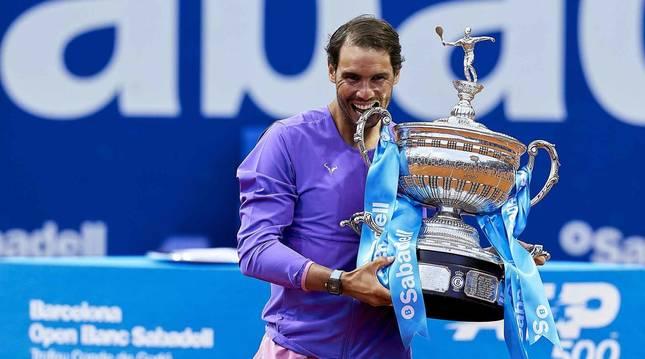 Rafa Nadal posa con el trofeo tras lograr imponerse en la final del Conde Godó a Tsitsipas.