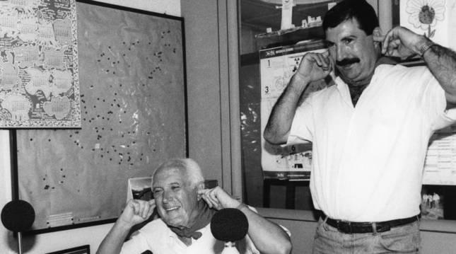 Foto del concejal José Javier Gortari y Alfonso Azpilicueta, técnico municipal, con el sonómetro que midió el sonido del Chupinazo el 6 de julio de 1993