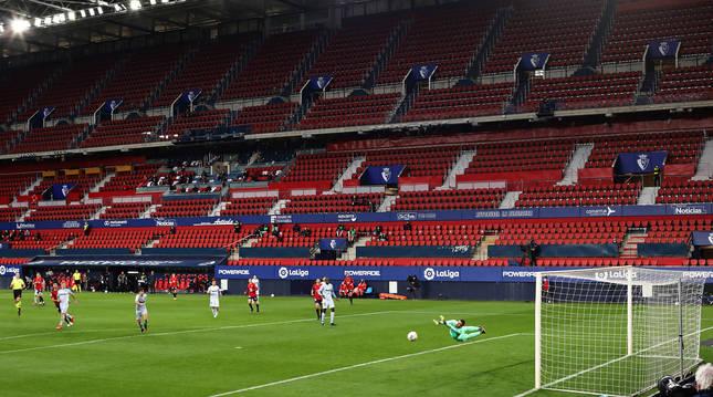 Doménech se estira en el Osasuna-Valencia a un disparo de Oier Sanjurjo.