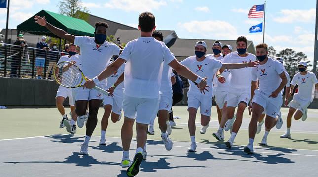El equipo de tenis de la Universidad de Virginia corrió hacia Iñaki Montes en cuanto el pamplonés logró el punto del triunfo.