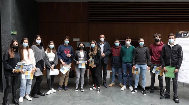 Fotos de estudiantes de Claret Larraona en la entrega a los parlamentarios de un Código Ético